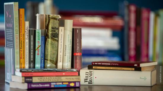 verschieden Bücher auf dem Tisch